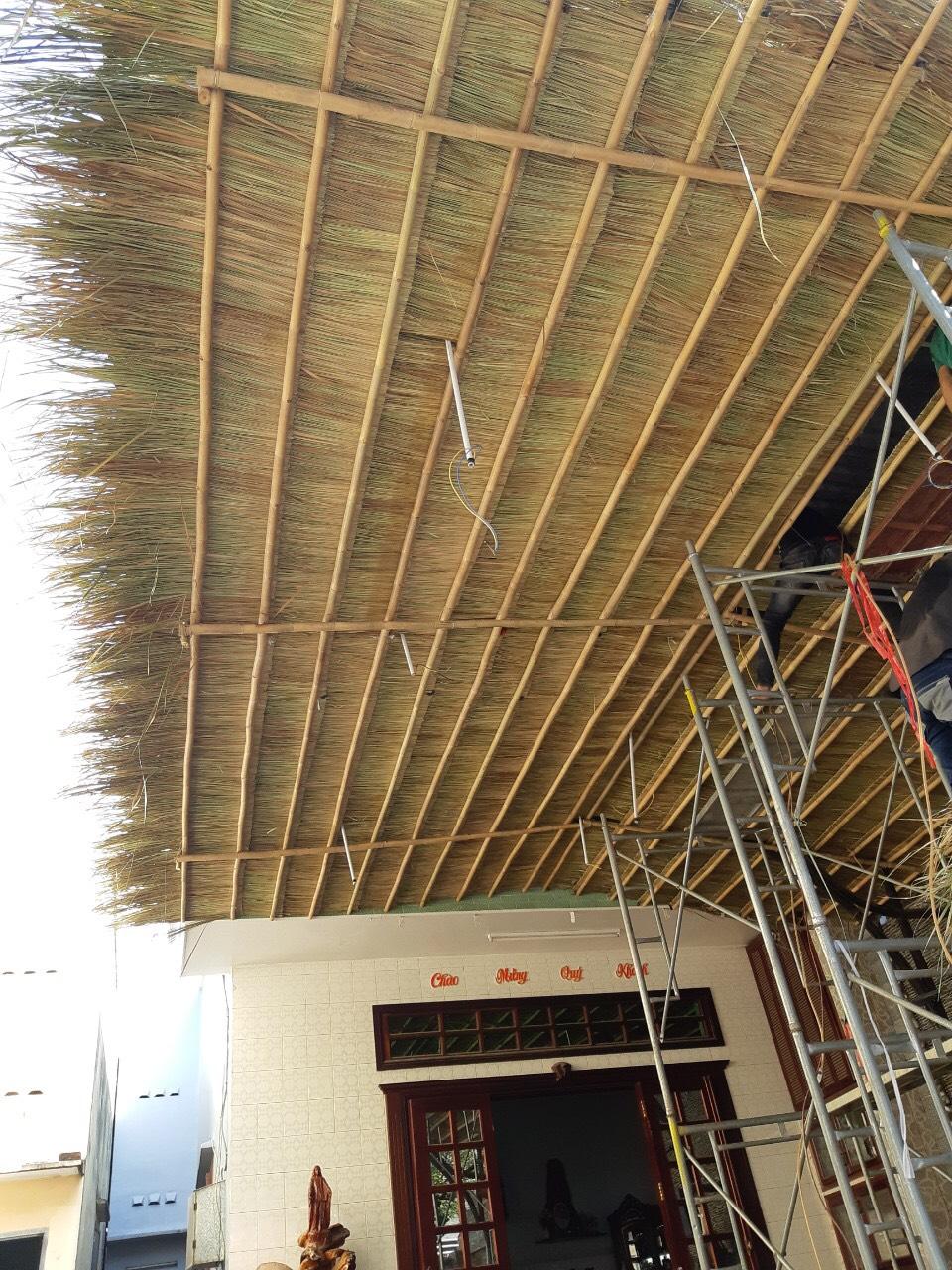 Thi công lợp mái nhà, mái hiên che mưa, che nắng, tạo độ thẩm mỹ mộc mạc cho căn nhà