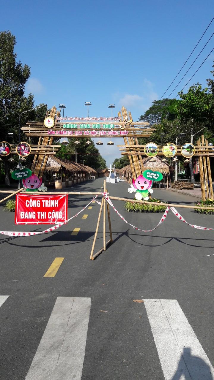 Thi công dựng cổng chào hội chợ tại công viên của đội ngũ Thi công tre trúc Sài Gòn.
