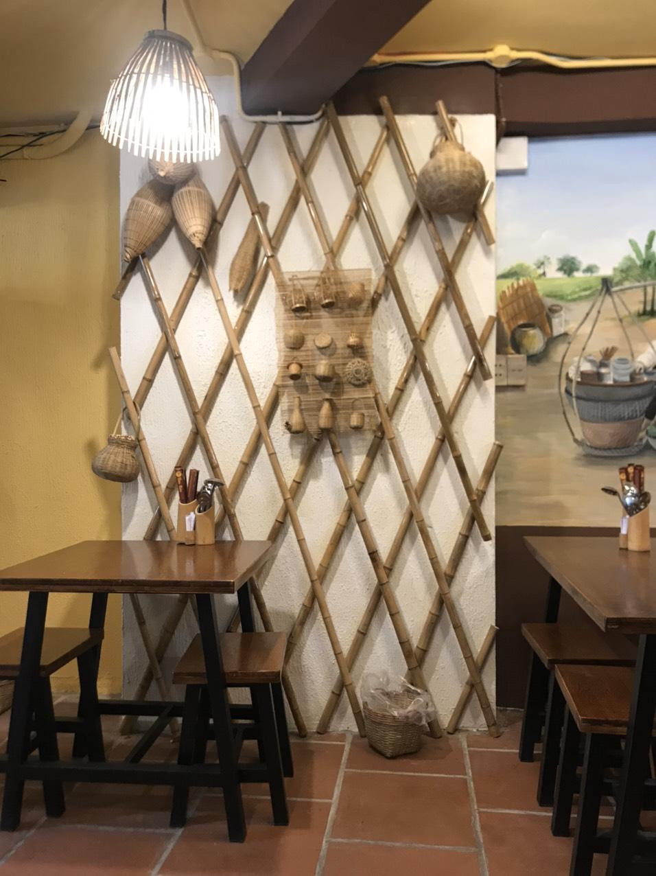 Ốp tường tre trang trí quán bún đậu mắm tôm