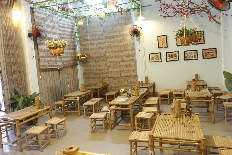 Chúng tôi nhận thi công trang trí và cung cấp bàn ghế tre cho quán bún đậu met