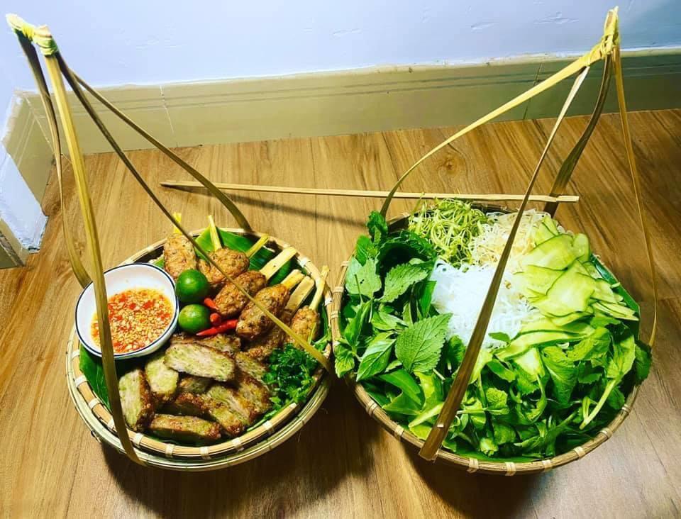 Quang gánh tre dùng để đựng bún đậu, đồ ăn, rau củ,...